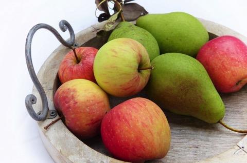 Äpfel und Birnen auf einem Tablett