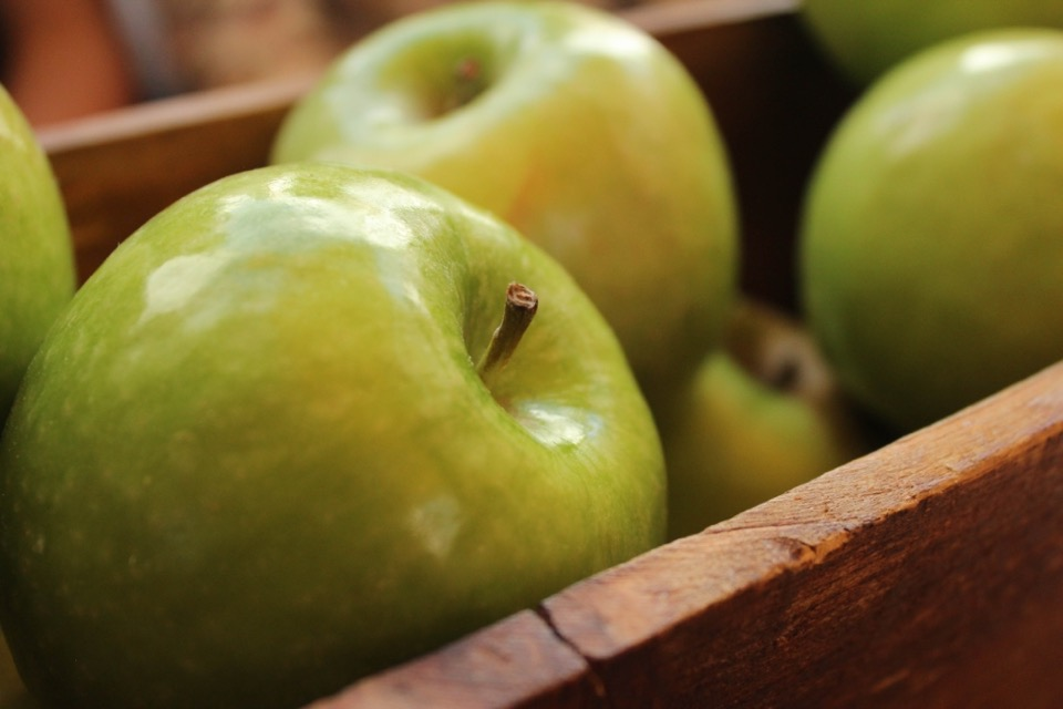 Grüne Äpfel in einer Holzkiste