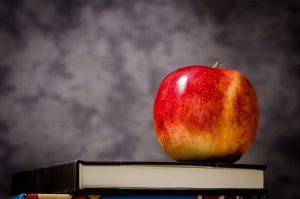 Ein roter Apfel liegt auf Büchern. ©CC0, Pixabay